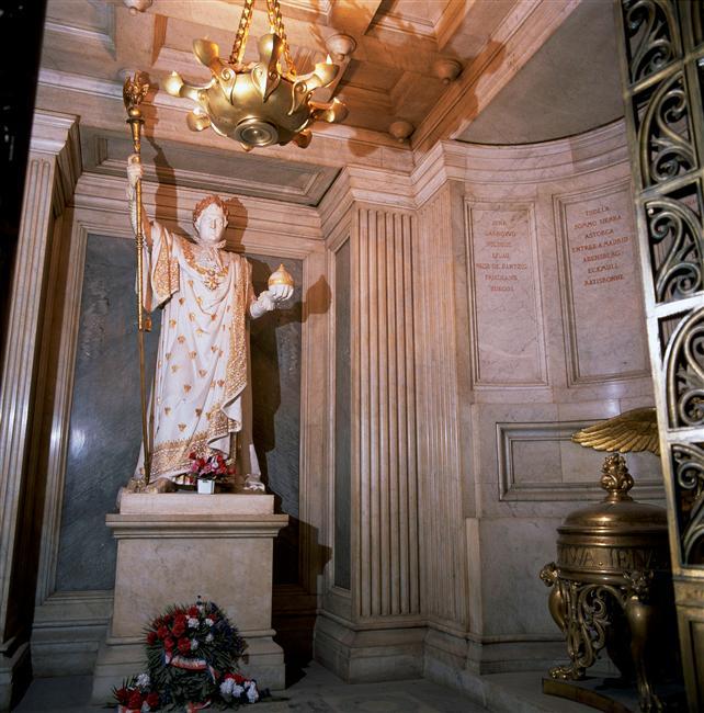 La statue de Napoléon dominant le tombeau de l'Aiglon aux Invalides
